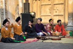 Hanoi Wietnam, Jun, - 22, 2017: Muzyka ludowa zespołu obsiadanie na podwórzu społeczny dom przy wioską W ten sposób, Quoc Oai okr Fotografia Stock