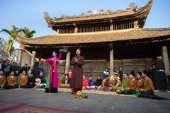 Hanoi Wietnam, Jun, - 22, 2017: Podwórze społeczny dom z sceną muzyka ludowa i taniec przy wioską W ten sposób, Quoc Oai okręg, Fotografia Royalty Free