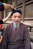 Hanoi Wietnam, Jun, - 22, 2017: Stary człowiek z antyczną feodalną tradycyjną długą suknią Ao Dai dla jego feodalnego oficjalnego Fotografia Royalty Free