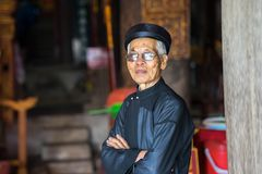 Hanoi Wietnam, Jun, - 22, 2017: Stary człowiek z antyczną tradycyjną długą suknią Ao Dai w społecznym domu przy wioską W ten spos Zdjęcia Royalty Free