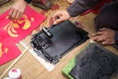 Hanoi Wietnam, Jun, - 22, 2017: Stary Dong wioski artysta robi Dong woodcut ludowemu obrazowi w społecznym domu Ho Ho, Quoc Oai d zdjęcia royalty free