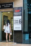 Hanoi Wietnam, Lipiec, - 7, 2017: GV kina podpisują przy Vincom centrum półdupków Trieu budynkiem z ludźmi chodzi w budynek, Zdjęcie Stock