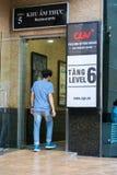 Hanoi Wietnam, Lipiec, - 7, 2017: GV kina podpisują przy Vincom centrum półdupków Trieu budynkiem z ludźmi chodzi w budynek, Zdjęcie Royalty Free