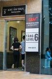 Hanoi Wietnam, Lipiec, - 7, 2017: GV kina podpisują przy Vincom centrum półdupków Trieu budynkiem z ludźmi chodzi w budynek, Obraz Stock