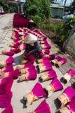 Hanoi Wietnam, Lipiec, - 28, 2017: Kadzidło wtyka suszarniczy plenerowego z Wietnamskim kobiety odzieży conical kapeluszowym dzia Zdjęcie Royalty Free