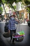 Hanoi Wietnam, Lipiec, - 05,2019: Kobieta borsuk chodzi w ulicie znajdować przetwarzający rzecz fotografia stock