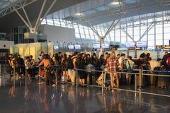 Hanoi Wietnam, Lipiec, - 12, 2015: Zatłoczeni ludzie czeka przy odprawa terenem przy Noi Bai lotniskiem międzynarodowym duży lotn obraz royalty free