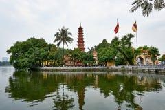 Hanoi, Wietnam - Mai 01, 2019: Ludzie odwiedzają Tranu Quoc pagodę na Zachodnim jeziorze stara Buddyjska świątynia w Hanoi zdjęcia stock