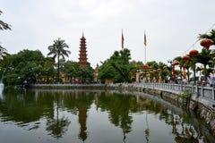 Hanoi, Wietnam - Mai 01, 2019: Ludzie odwiedzaj? Tranu Quoc pagod? na Zachodnim jeziorze stara Buddyjska ?wi?tynia w Hanoi zdjęcie royalty free