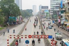Hanoi Wietnam, Mar, - 15, 2015: Bridżowy skrzyżowanie skrzyżowania Tay syna ulica i Tajlandzcy brzęczenia uliczni z biegać samoch Obraz Stock