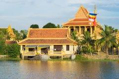 Hanoi Wietnam, Nov, - 15, 2015: Zewnętrzny widok Khmer świątynny budynek rzeką w etnicznej wiosce w Dong Mo, Hanoi Zdjęcie Royalty Free