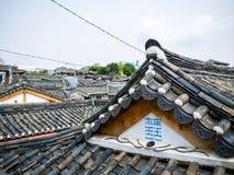 Hanok coreano tradicional seoul do telhado de telha, Coreia do Sul Alargamento da iluminação da luz do sol fotografia de stock