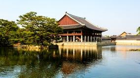 Hanok dichtbij het meer, traditionele Koreaanse architectuur Het Paleis van Gyeongbokgung, Seoel, Zuid-Korea stock fotografie