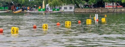 Hanover, Baixa Saxónia, Alemanha, o 19 de maio de 2018: Comece a linha para uma raça de barco do dragão no Maschsee imagem de stock