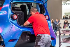 Hanover, Duitsland - April 02 2019: NAAI Eurodrive voorstelt de productie van nieuw elektrisch E GA auto bij royalty-vrije stock fotografie