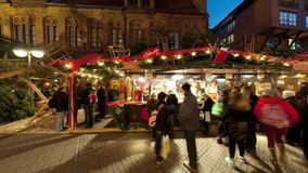 Hanover, Duitsland - December 05, 2015: Kerstmisverlichting en straatdecoratie in Hanover Naadloze videolijn stock video