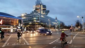 Hanover, Duitsland - December 10, 2018: Ochtendverkeer op Aegi-vierkant in Hanover Nedersaksen stock videobeelden