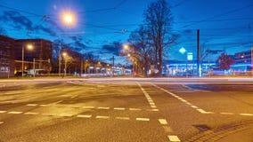 Hanover, Duitsland - December 26, 2017: Zwaar autoverkeer op de straat van Hanover, tijdtijdspanne stock videobeelden