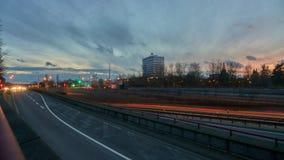 Hanover, Duitsland - December 26, 2017: Zwaar autoverkeer op de straat van Hanover, tijdtijdspanne stock video