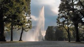 Hanover, Duitsland Een reusachtige, hoge straal van waterfontein het uitgieten van een ter plaatse geplaatste kom Tegen de achter stock videobeelden