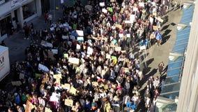 Hanover, Duitsland - Februari 15, 2019: Duizenden studenten tonen in Hanover aan tegen de klimaatbescherming stock footage