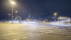 Hanover, Duitsland - Januari 19, 2019: De mening die van de tijdtijdspanne van mensen en verkeer bezige kruising in Hanover kruis stock video