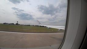 Hanover, Duitsland - Juni 16, 2018: Start van het vliegtuig van de luchthaven van Hanover HAJ, mening van passagiersvenster stock video