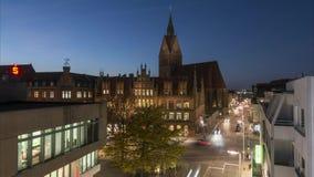 Hanover, Duitsland - November 22, 2017: Zwaar autoverkeer op de centrale straat van Hanover, tijdtijdspanne stock video
