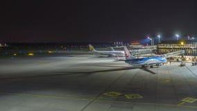 Hanover, Duitsland - Oktober 15, 2017: Een timelapseklem van de luchthaventerminal van Hanover bij avond stock videobeelden