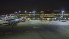Hanover, Duitsland - Oktober 15, 2017: Een timelapseklem van de luchthaventerminal van Hanover bij avond stock video