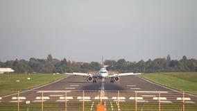 Hanover, Duitsland - Oktober 01, 2017: Het land van het passagiersvliegtuig bij de luchthaven van Hanover stock video