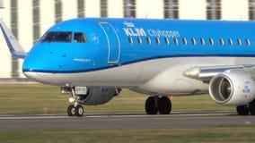 Hanover, Duitsland - Oktober 03, 2018: Vliegtuig die in de Luchthaven van Hanover landen stock video