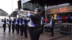 Hanover, Duitsland - September 08, 2013: Fanfarekorps op een Stad Dag Entdeckertag in Hanover stock video
