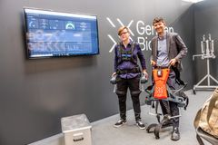 Hanovre, Allemagne - 2 avril 2019 : Premier exosquelette de robot de présents bioniques allemands pour l'IoT industriel images libres de droits