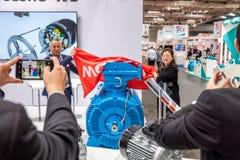 Hanovre, Allemagne - 2 avril 2019 : Wolong pr?sente les plus nouvelles innovations ? la FOIRE de HANOVRE photo libre de droits