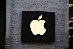 11/13/2017 - Hanovre/Allemagne - une image d'un logo de pomme - magasin photos libres de droits