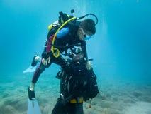 Hans första dyk II fotografering för bildbyråer