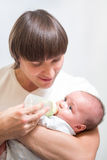 Hans fadermatning behandla som ett barn spädbarn från flaskan Royaltyfri Fotografi