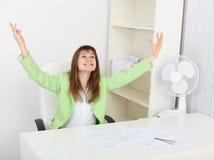 hans jubilant kontorskvinnaarbetsplats royaltyfri foto