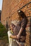 hans kyssar man gravid frubarn Arkivfoton