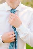 hans mantieband Brudgummen som binder hans band Gifta sig brudgumtillträde Royaltyfria Foton