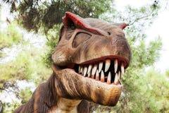 hans mun som visar den toothy tyrannosaurusen Arkivfoton