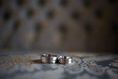 Hans och hennes matcha bröllopmusikband Arkivfoton