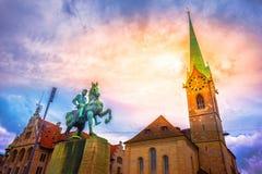 Hans Waldmann monument och Fraumunster kyrka, Zurich arkivfoton