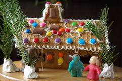 Hansel y Gretel con la casa de pan de jengibre Fotos de archivo libres de regalías