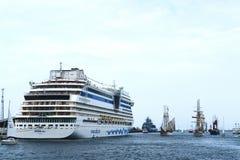 Hansesail w Warnemuende i Rostock ukrywamy z udziałami żeglowanie statek od światu po całym Aidamar statek w schronieniu Zdjęcie Royalty Free