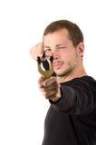Hansome mężczyzna skoncentrowany celowanie slingshot obraz royalty free