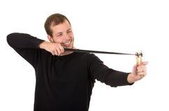Hansome mężczyzna skoncentrowany celowanie slingshot obraz stock