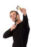 Hansome mężczyzna skoncentrowany celowanie slingshot zdjęcia royalty free