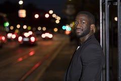 Hansome svart man på gatan på natten arkivfoto